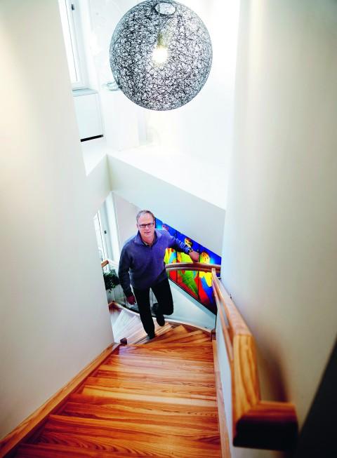 Arbetsplatsen består av två våningsplan med en trappa emellan.