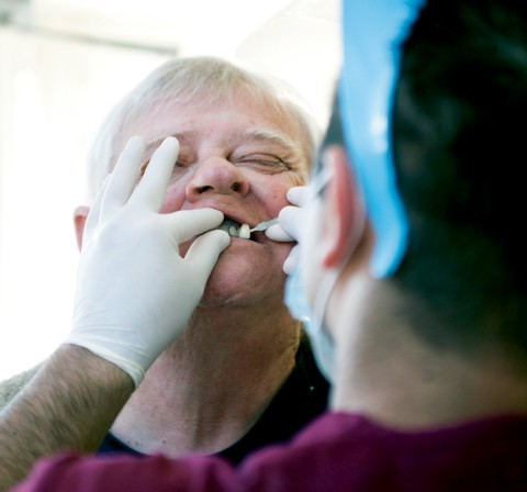 Många pensionärer från USA och Kanada som reser till Los Algodones passar på att fixa tänderna till en billig penning.