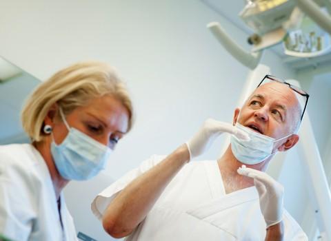 Mona-Lisa Nilsson och Tomas Josefsson har inspirerats av hur tandsköterskor jobbar inom ortodontin.