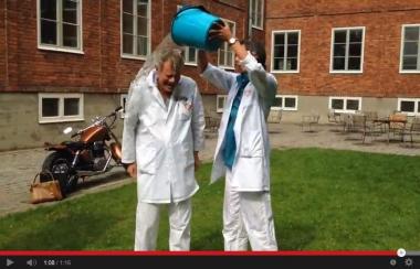 Tandläkare ger sig in i ice bucket challenge