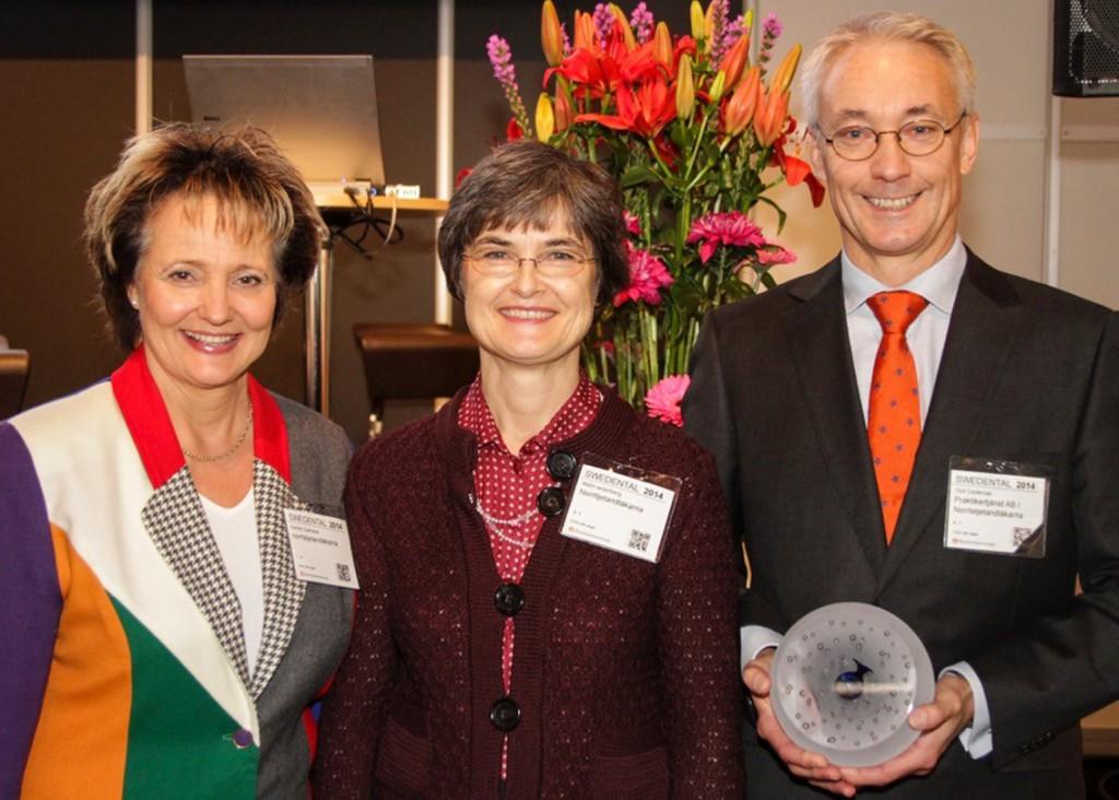 Vinnarna vid prisutdelningen från vänster inredningsarkitekten Kerstin Samsioe, tandläkare Malin Widerberg och tandläkare Olof Cedervall. Foto: Lasse Mellquist