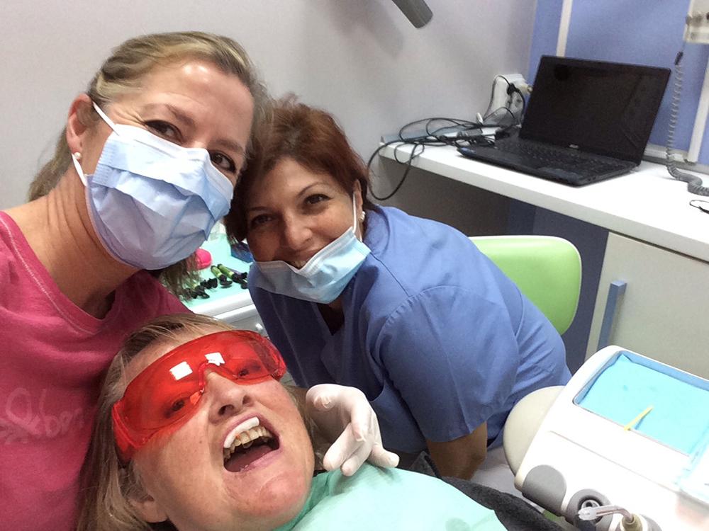 Här är min nya sköterska Dariana och jag medan vi behandlar min mamma Ida.