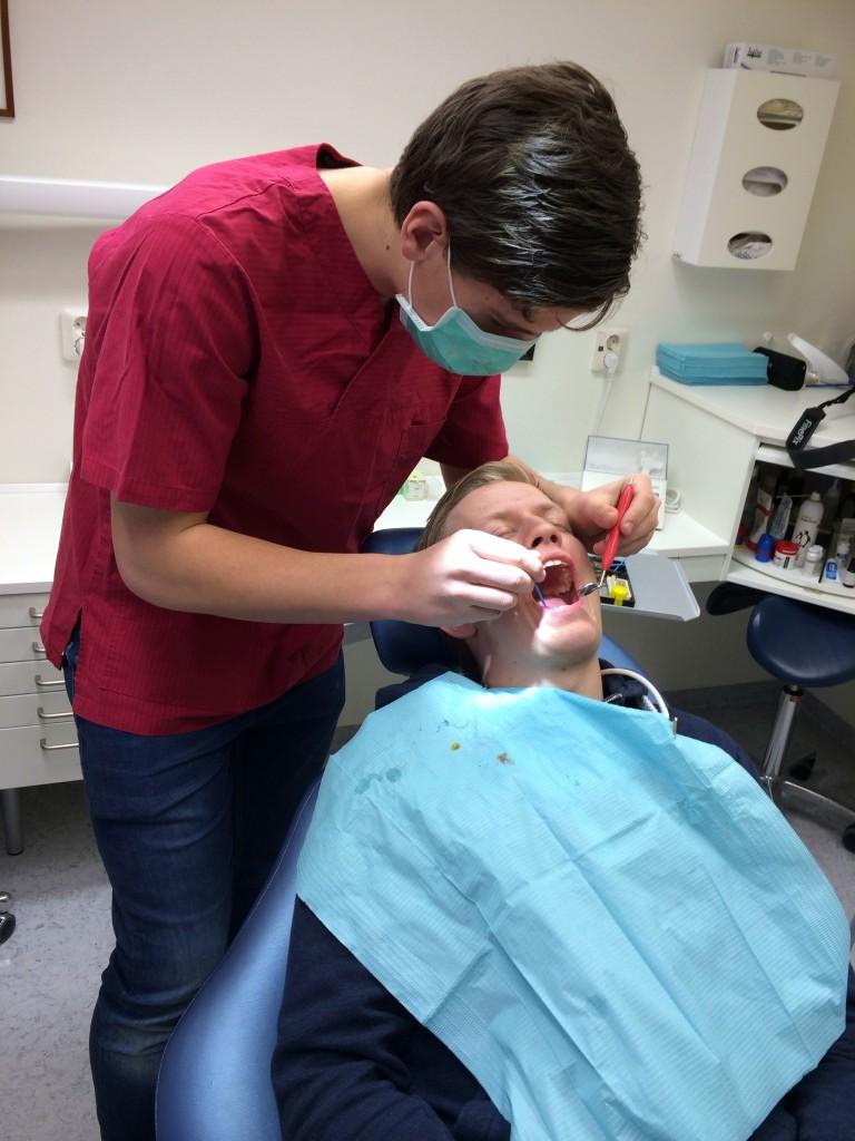 Dagens höjdpunkt! Jag får lägga på fluorlack på Eriks tänder.
