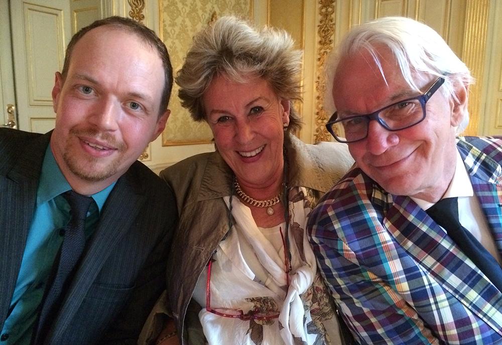 Patric, Birgitta och Nisse tyckte det var riktigt trevligt att sitta vid samma bord under middagen i den vackra bankettsalen och njuta av mat från restaurang Grodan.