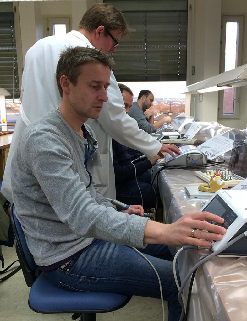 Här går oralkirurg Heming Olsen-Bergem runt och hjälper till med inställningar på kirurgimotorn.