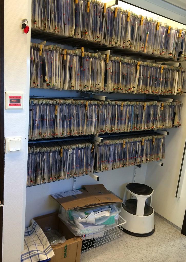 Vi gick över till digitaljournal för sexton år sedan och pappersjournalerna har bara använts för att arkivera läkarintyg och remissvar samt samla damm sedan dess.