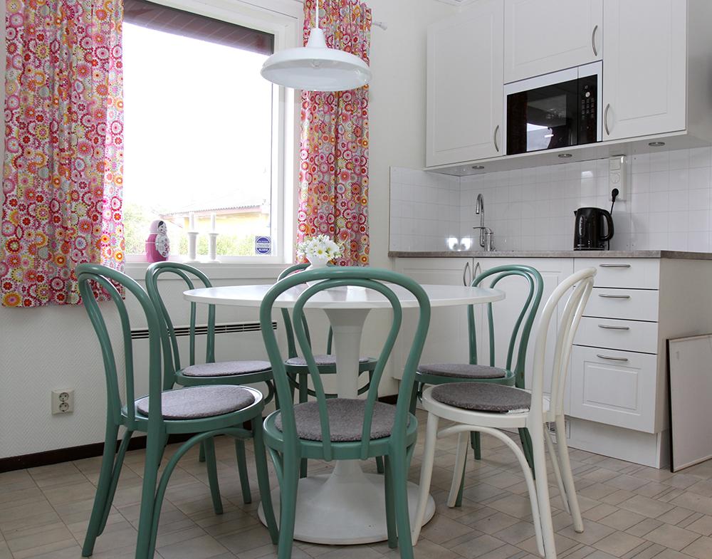 Här är ett nytt kök på plats. Vi har fått ett runt bord och evaà hittade en extra stol till oss på loppis. Skåpsdörrarna är vitmålade och har fått speglar för att skapa känslan av rymd. Tyckte ni att evaá har gjort ett fint jobb hos oss kan ni gå in och kolla flera saker hon har stylat om på instagram.com/hootchikootchi.