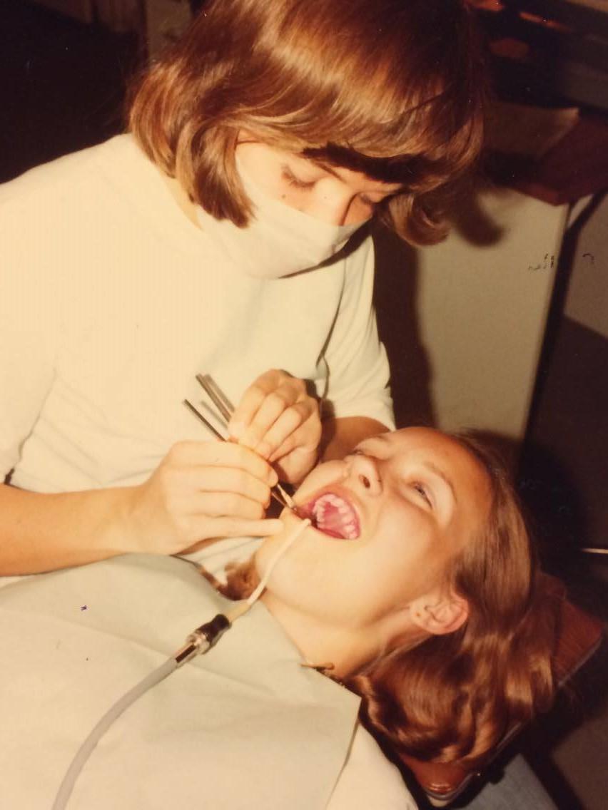 Eva-Lotta och Kerstin har ingen känd hjärtsjukdom och är båda duktiga på att borsta tänderna och använda tandtråd. Ingen av dem hade tidigare hört att det fanns ett samband mellan inflammationer i munnen och hjärt-kärlsjukdomar. Säkert följer de Björn Klinges rekommendation att ägna 4 minuter av dygnets alla 1440 minuter åt tandhygien!