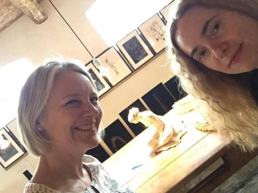 Konstnärinnan Gordana och jag nöjda med utställningen.