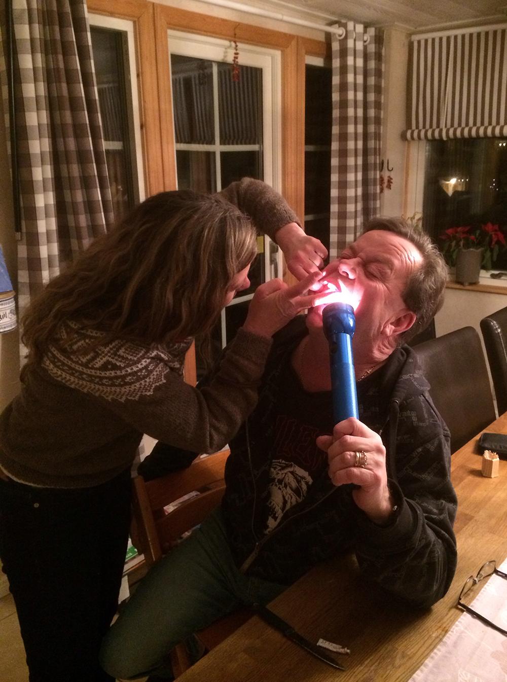 Både Marie och Anders var i stort behov av min hjälp. Mobil tandvård en sen fredagskväll kan inte alltid utföras lika ergonomiskt och proffsigt…