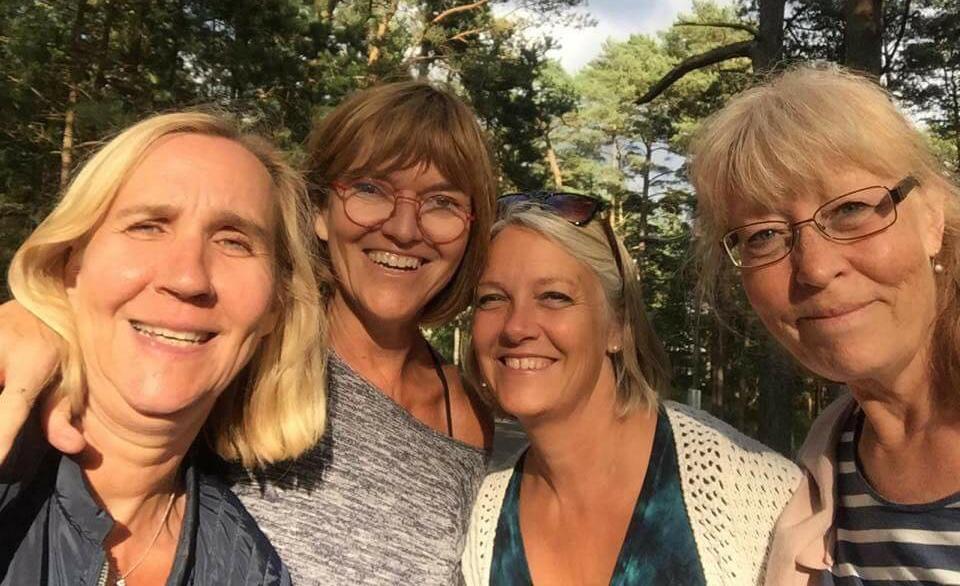 Tre f d kofferdamer och ett f d pulpahorn som ler i kapp i solnedgången. Årgång vt81. Mammorna på sommarträffen försöker sig på en selfie.