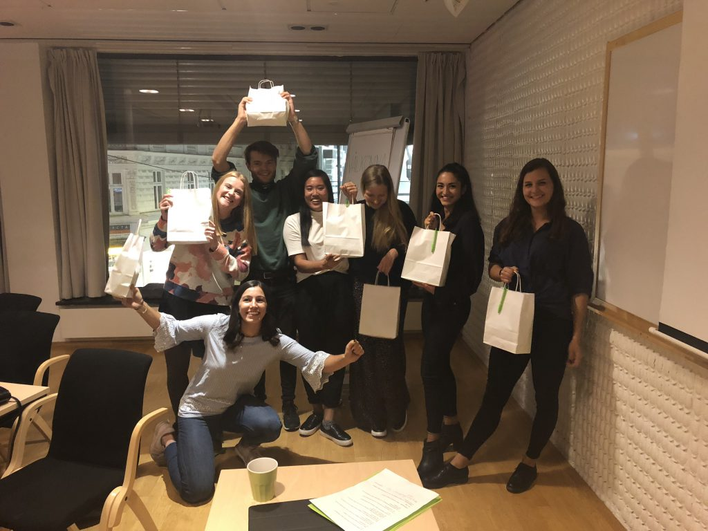 c1ec10218040 Vinnarlaget med varsin goodiebag på ett event som folktandvården Jönköping  anordnade för oss i K9 och K7. Från vänster: Elisabet Andrén, Linnea  Borglin, ...