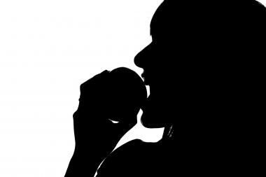 Åtta av tio vuxna har erosionsskador på tänderna