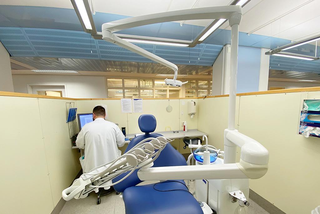 En tandläkarkandidat skriver epikriser